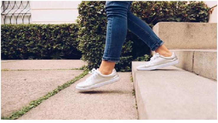المشي لمدة ساعة كم يحرق من السعرات الحرارية ؟
