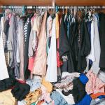 طرق التخلص من رائحة العفن من الملابس في المنزل وبأدوات رخصية