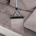 طريقة تنظيف الكنب الفاتح من البقع والأتربة لمظهر نظيف ولائق